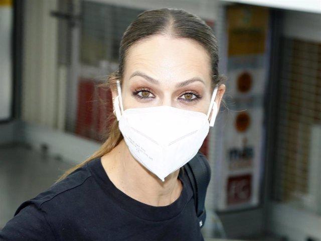 Eva González, encantada de retomar sus compromisos laborales, llega a Madrid con la mascarilla reglamentaria