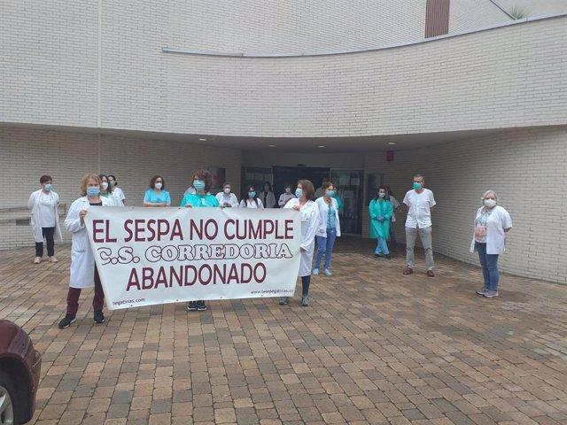 """Concentración de profesionales del Centro de Salud de La Corredoria contra su """"abandono"""" por parte del Sespa"""