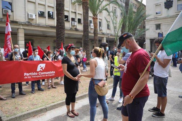 Imagen de la concentración del Sindicato Andaluz de Trabajadores (SAT) y de la portavoz de Adelante Andalucía, Teresa Rodríguez, este viernes en Sevilla durante el juicio de 35 trabajadores no subrogados por la empresa aeronáutica Alestis.