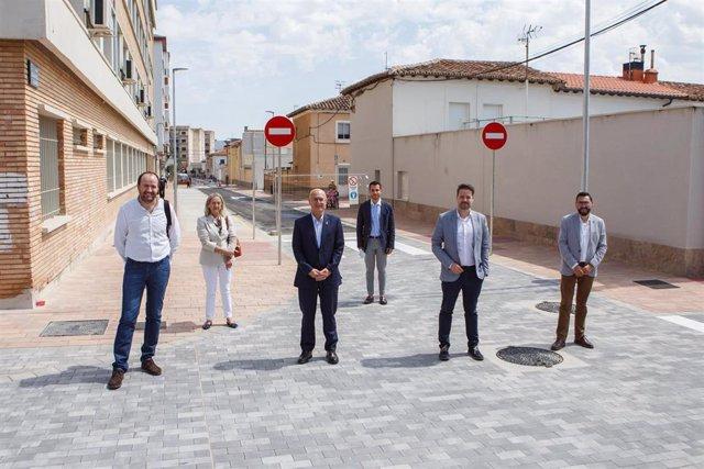 El consejero Ciriza y el alcalde Toquero, junto a otras autoridades locales, en una de las calles renovadas