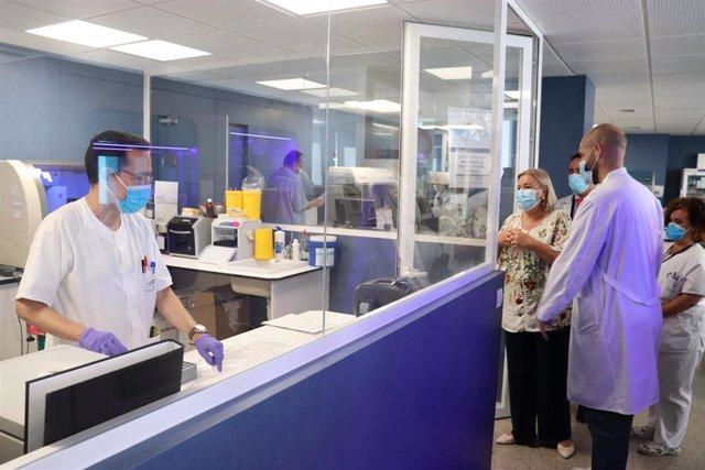 La Delegada De Salud Y Familias, Manuela Caro, En Su Visita Al Servicio De Microbiología Del Hospital Juan Ramón Jiménes De Huelva.