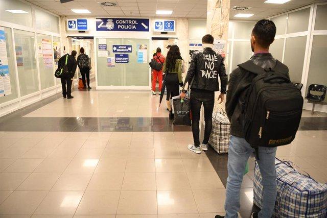 Personas de origen subsahariano y argelino que residen en el Centro de Estancia Temporal de Inmigrantes (CETI), son llevadas a la península ante la crisis del cornavirus. Ceuta (España) a 20 de marzo del 2020