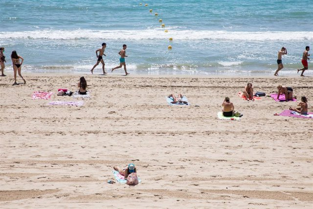 Bañistas en la Playa del Postiguet