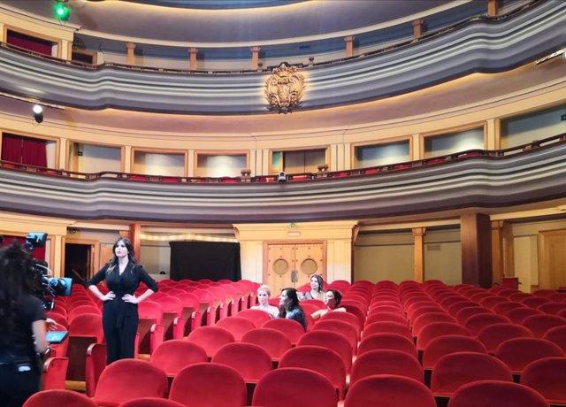 Elisa Gonzállez en primer término, junto a las cantantes Chenoa, Soraya, Diana Navarro y Cristina Ramos en el teatro Pérez  Galdós rodando el especial 'Con voz de mujer'