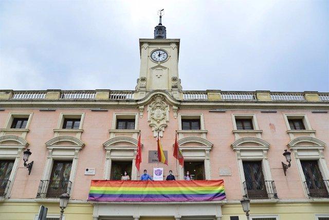 [Grupomadrid] Alcalá De Henares: Arrancan Los Actos Del Orgullo 2020 Con La Colocación De Banderas Arcoíris En El Ayuntamiento Y La Torre De Santa María