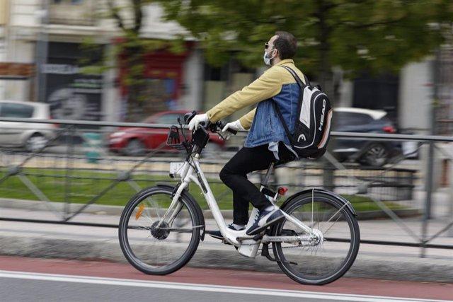 Un hombre monta en una bicicleta de BiciMAD