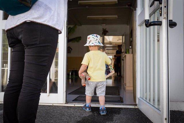 Un niño pequeño entra por la puerta hacia el interior de las instalaciones de una guardería de Vitoria-Gasteiz, donde desde el pasado 8 de junio el Gobierno de Euskadi permitió la apertura de guarderías y haurreskolas para niños y niñas de 0 a 3 años, en