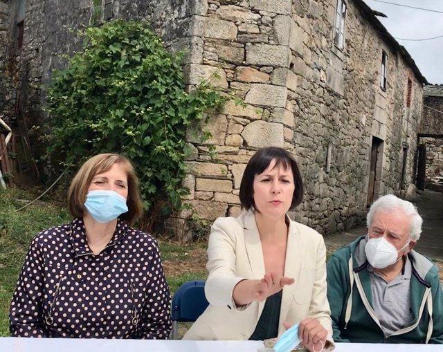 La candidata del BNG a la Presidencia de la Xunta, Ana Pontón, en su casa natal de Chorente, en Sarria (Lugo), junto a su madre, Aurita, y su padre, Luis, en el arranque de la campaña electoral del 12 de julio de 2020