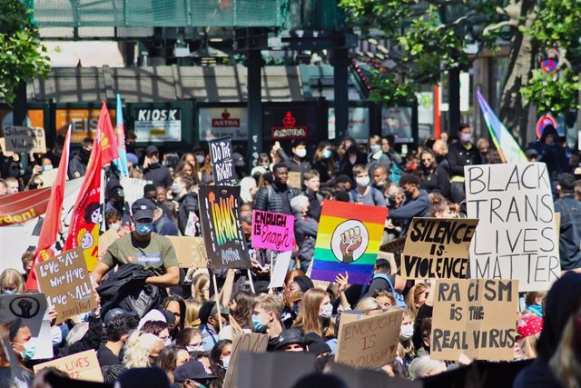 Varios manifestantes en una protesta por la muerte de George Floyd