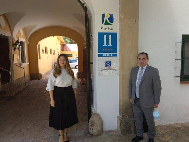 La delegada de Turismo, Raquel Morales, y el director del Parador de Turismo de Cazorla, Juan Choza