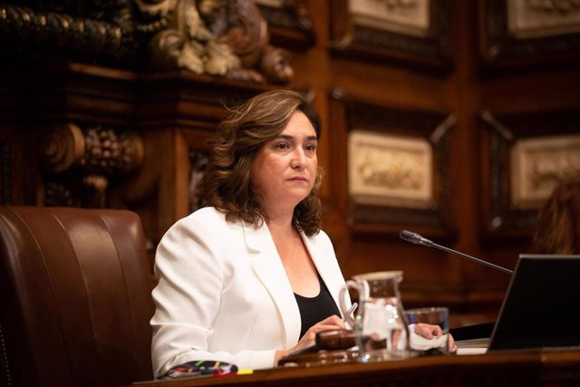 La alcaldesa de Barcelona, Ada Colau, durante la primera sesión plenaria del Ayuntamiento de Barcelona tras el fin del estado de alarma, que solo cuenta con la presencia de 15 regidores, en Barcelona, Catalunya (España), a 26 de junio de 2020.