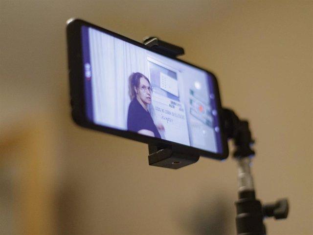 Pantalla de un móvil en el que se ve el vídeo de una clase que una profesora de Educación Infantil está grabando para sus alumnos.