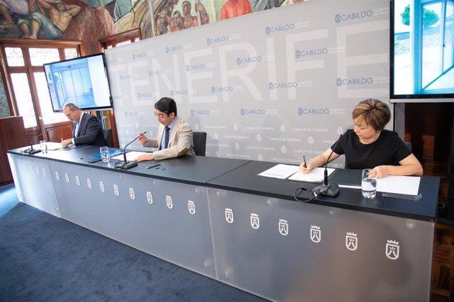 Firma del convenio entre el presidente y el vicepresidente del Cabildo, Pedro Martín y Enrique Arriaga, y la rectora de la ULL, Rosa Aguilar