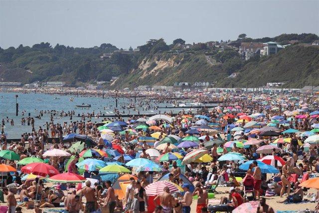 Playa de Bournemouth llena pese a la pandemia