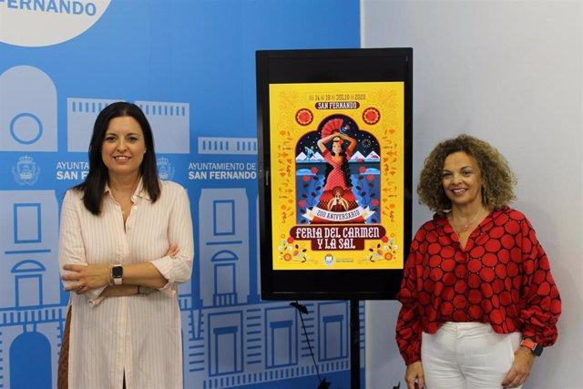 La alcaldesa Patricia Cavada con el cartel que conmmemora los 200 años de la Feria del Carmen