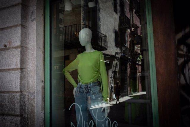 Escaparate de una tienda cerrada durante el estado de alarma en Barcelona