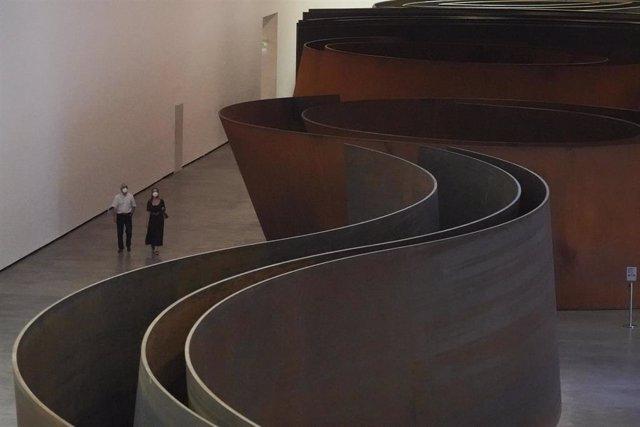 Dos personas visitan el Museo Guggenheim Bilbao el día en el que reabre sus instalaciones después de la etapa de cierre por el coronaviruS