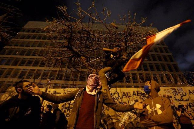 Manifestantes en una protesta contra el Gobierno de Líbano por la crisis económica