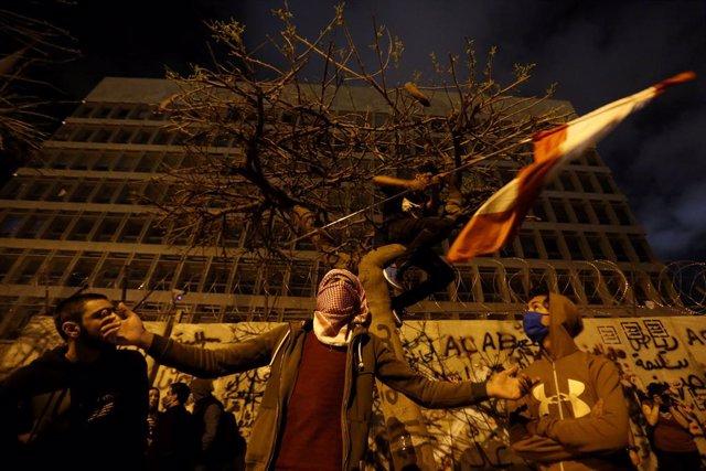 Líbano.- Manifestantes bloquean carreteras ante un nuevo desplome de la moneda l
