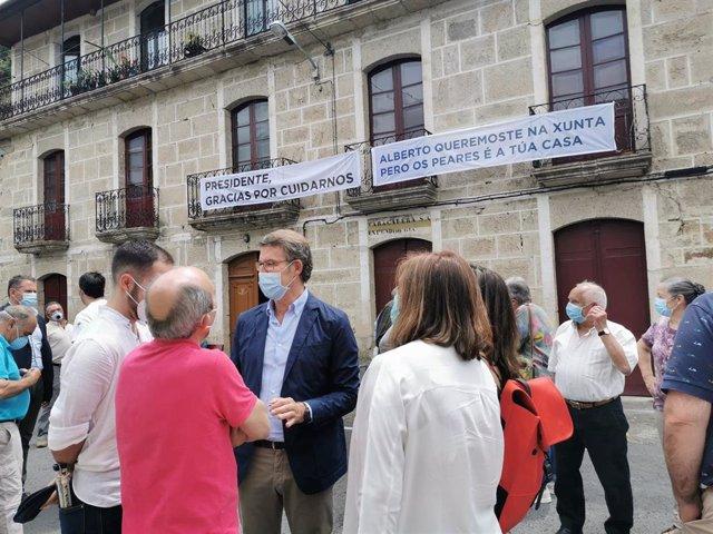 El presidente de la Xunta y candidato del PPdeG a la reelección, Alberto Núñez Feijóo, rodeado de vecinos en una visita a Os Peares en campaña.