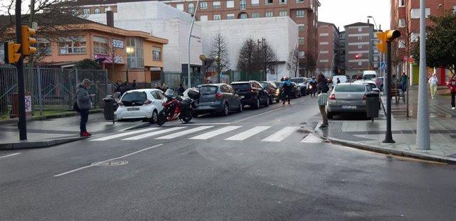Policías locales multan a conductores aparcados a doble fila a la entrada de un colegio de Gijón