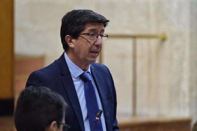 El vicepresidente de la Junta y consejero de Turismo, Juan Marín, en el Pleno del Parlamento. Foto de archivo
