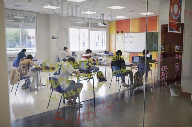 Alumnos de  Bachillerato del Colegio Alameda de Osuna de Madrid, este mes de junio preparando las pruebas de acceso a la universidad.