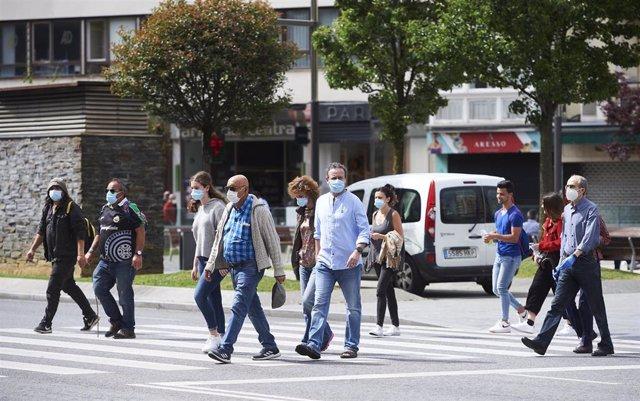 Transeúntes pasean por calles de Santander. Archivo