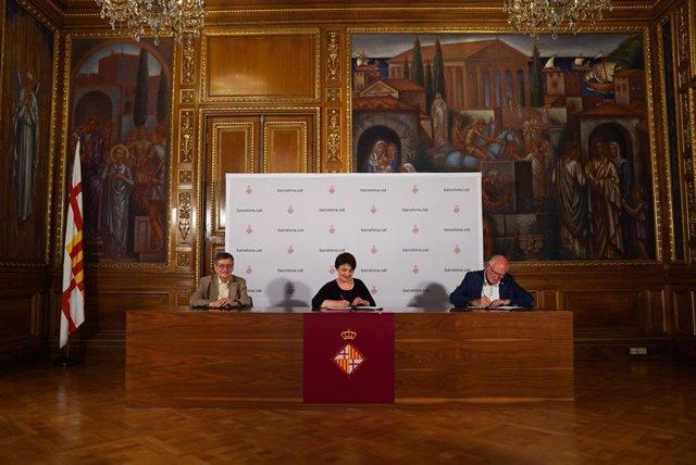 El president del Gremi Provincial del Comerç de Mobles de Barcelona, Xavier Sanz, la regidor de Mobilitat, Rosa Alarcón, i el president del Gremi de Constructors d'Obris de Barcelona i Comarques, Josep Gassiot, signen el conveni de càrrega i descàrrega.