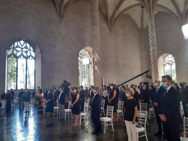 La presidenta del Govern balear, Francina Armengol, ha presidido el acto de homenaje a las víctimas del COVID-19 celebrado en La Lonja de Palma.