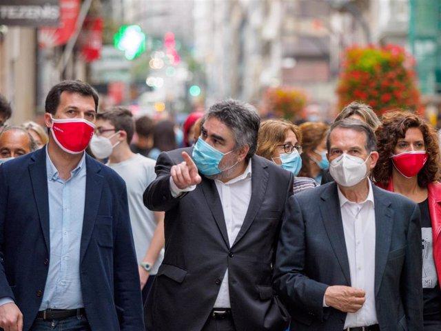 El candidato del PSdeG a la Presidencia de la Xunta, Gonzalo Caballero; el ministro de Cultura, José Manuel Rodríguez Uribes; y el alcalde de Vigo, Abel Caballero, en un paseo por la ciudad olívica