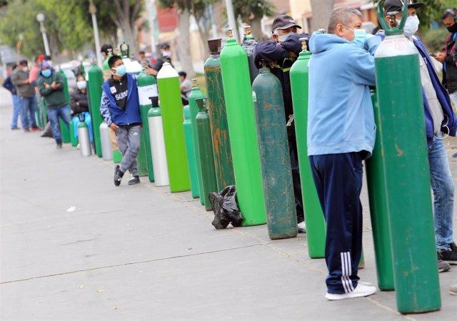 Personas haciendo cola para llevar oxígeno a pacientes con coronavirus en Perú