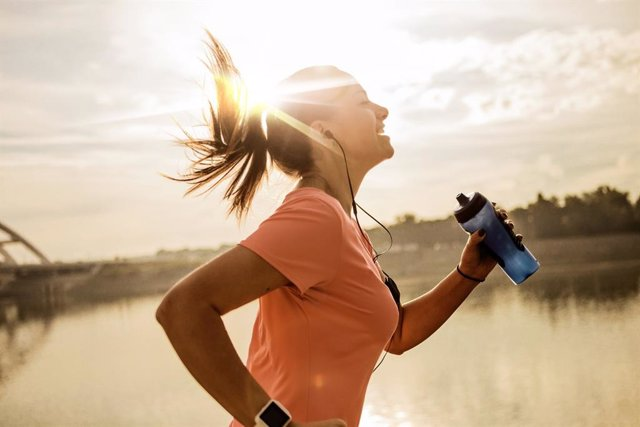 Mujer haiedo running al amanecer.