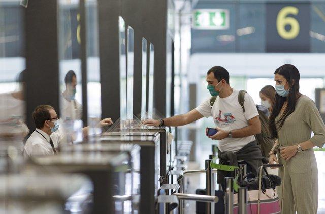 Foto de archivo de pasajeros con sus maletas en las instalaciones de la Terminal T4 del Aeropuerto Adolfo Suárez Madrid-Barajas en las pruebas de la EASA a 5 de junio de 2020