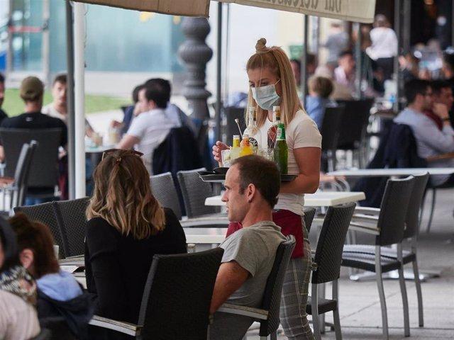 Una trabajadora atiende a los clientes de una terraza en la famosa Plaza del Castillo en las jornadas previas a la entrada en la fase 3 de la desescalada en Pamplona, Navarra, España, a 6 de junio de 2020.