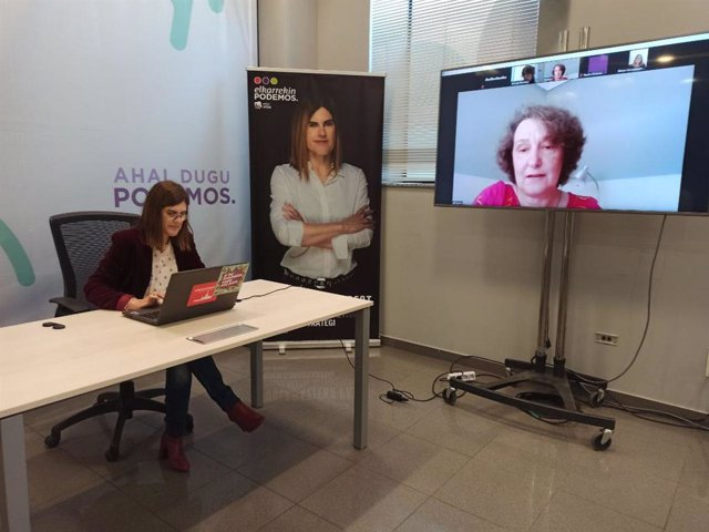 La candidata a lehendakari de Elkarrekin Podemos-IU, Miren Gorrotxategi, en videconferencia con Beatriz Gimeno, directora del Instituto de la Mujer.