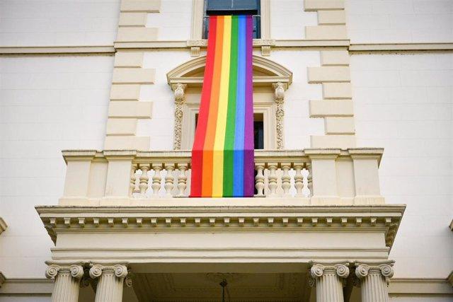 Lona LGBTi en la fachada del Palacete de Gobierno Regional