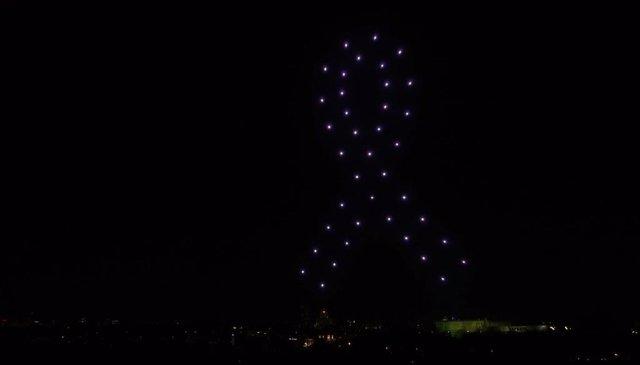 Los drones forman una lazo en el cielo de Madrid en recuerdo a los fallecidos de la pandemia