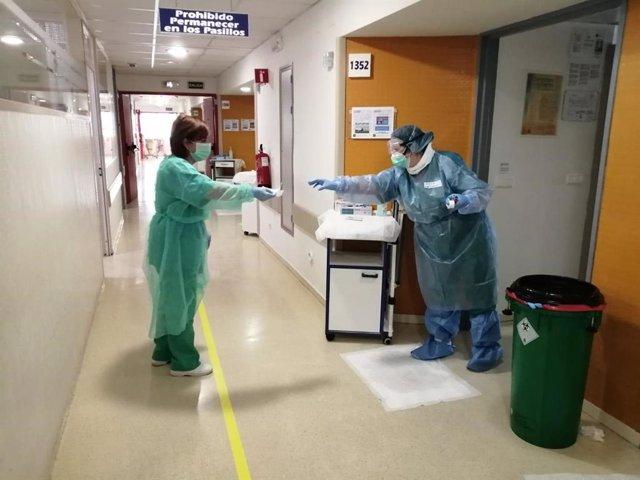 Sanitarios del Hospital Reina Sofía que tratan pacientes con el coronavirus