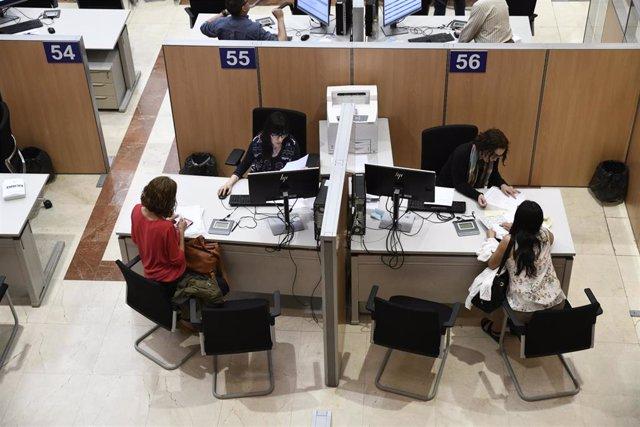 Dos funcionarias trabajan en la delegación Especial de la Agencia Tributaria (AEAT ) en Madrid.