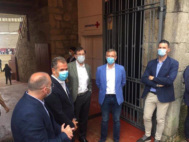 Rajoy, Rueda, y Tellado, antes del mitin en la Plaza de Toros de Pontevedra, por las elecciones del 12 de julio