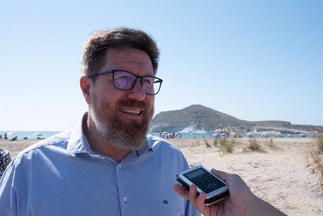 El portavoz adjunto del Grupo Parlamentario Socialista, Rodrigo Sánchez Haro, atendiendo a los medios en Almería