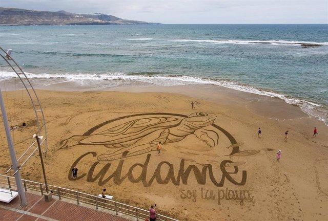 Dibujan una tortuga en la arena de la playa de Las Canteras para celebrar la llegada del verano