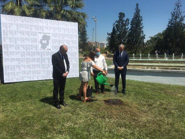 El presidente de Aragón, Javier Lambán, el alcalde de Zaragoza, Jorge Azcón y el hijo y nieta del primer fallecido por coronavirus en la comunidad
