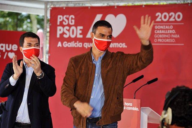 El president del Govern i secretari general del PSOE, Pedro Sánchez (i), durant un míting al costat del candidat a la presidència de la Xunta pel PSdeG-PSOE, Gonzalo Caballero (d), en Xardín do Posío, Rúa do Progresso, Orense