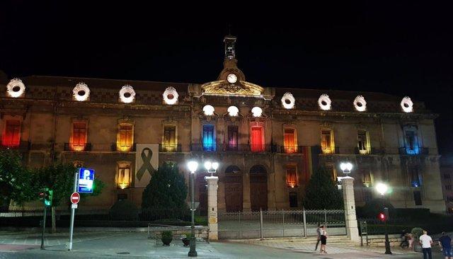 El Palacio Provincial se ilumina con los colores del arcoíris para visibilizar el Orgullo Lgtbi.