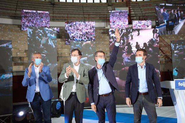 (D-I) El presidente del Partido Popular, Pablo Casado, el presidente y candidato a la Xunta de Galicia, Alberto Núñez Feijóo, y el expresidente del Gobierno, Mariano Rajoy, saludan en la clausura del acto de campaña del Partido Popular celebrado en la pla