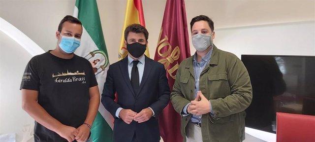 El portavoz del Grupo Popular, Beltrán Pérez, junto al concejal José Luis García, se ha reunido con artistas callejeros