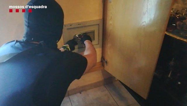 Los Mossos d'Esquadra desmantelan una organización de tráfico de cocaína en Badalona (Barcelona)
