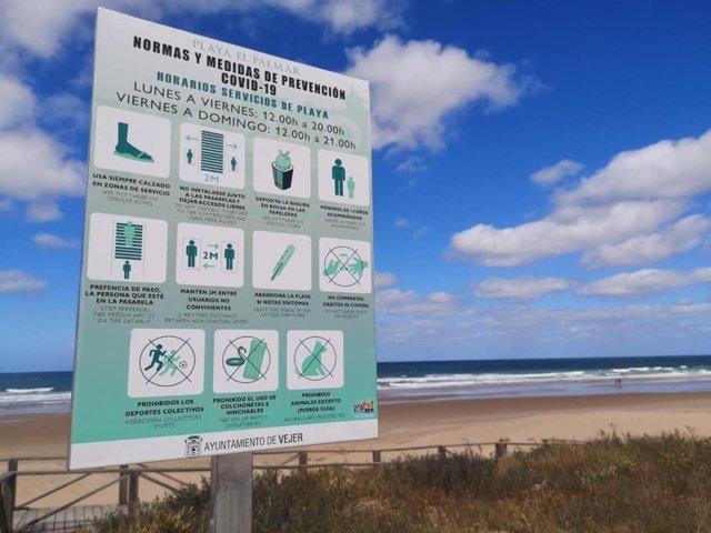 Cartel con las normas en la playa de El Palmar en Vejer